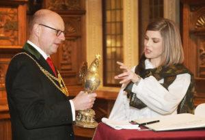 Barbara Jentschura trägt sich im Beisein von Oberbürgermeister Markus Lewe in das Goldene Buch ein und trinkt aus dem Goldenen Hahn im Friedenssaal