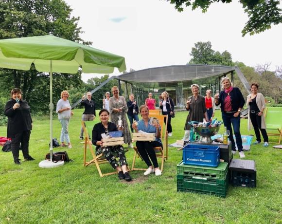 20 Clubfrauen netzwerkten am Weltpicknick-Tag bei schönstem Wetter am Aasee